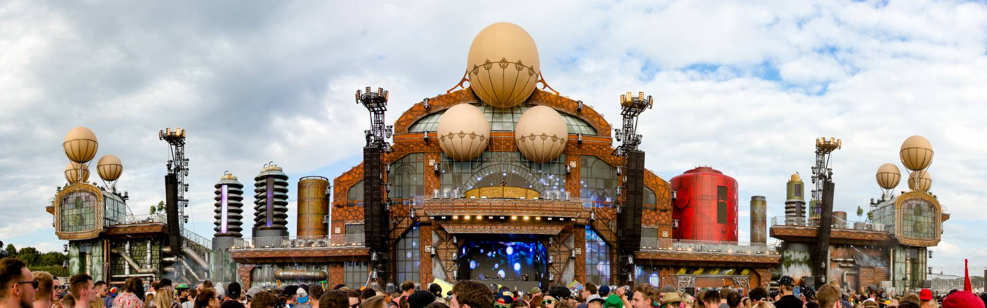 Large inflatable promotional material | X-Treme Creations Stage at the Parookaville festival for which X-Treme provided the balloons Next Events GmbH Phixion Creation X-Treme Creations