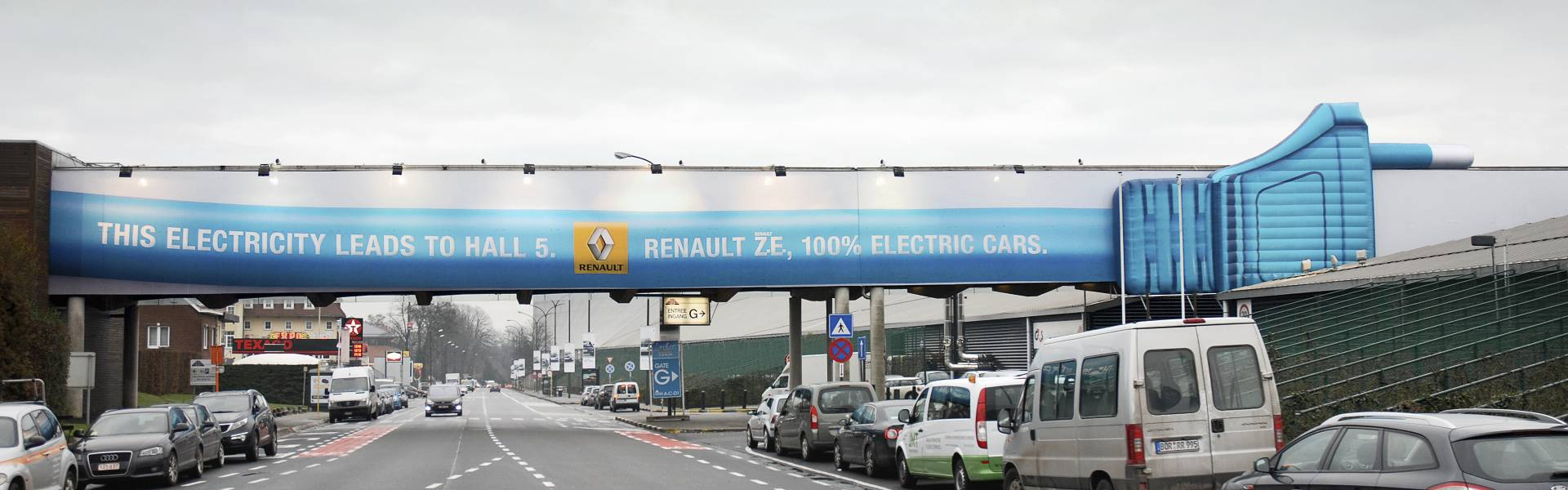 Large inflatable promotional material | X-Treme Creations 18 meter long inflatable mega plug above important access road car salon Autosalon Brussels Renault Belgium X-Treme Creations
