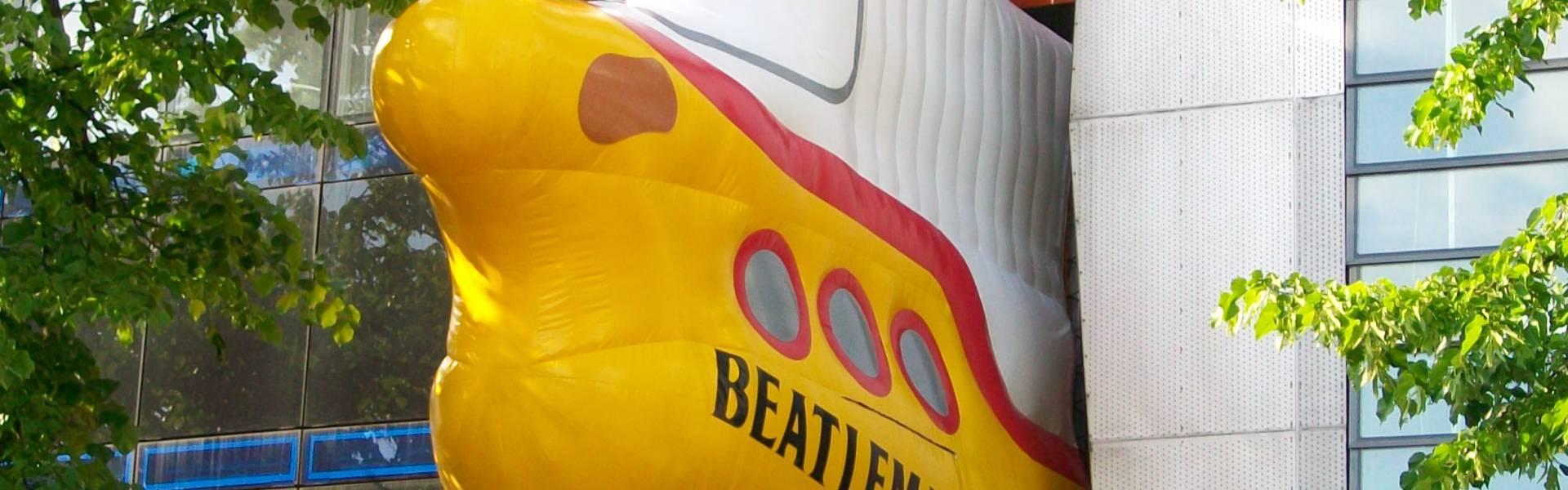 Groot opblaasbaar promotiemateriaal | X-Treme Creations Opblaasbare duikboot tussen 2 gebouwen met opschrift 'Beatlemania' Beatlemania Museum Hamburg Bureau NHP partnership & customer FKP Scorpio X-Treme Creations