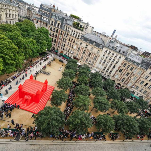 Un château gonflable rouge au milieu d'une belle place à Paris Gonflables géants Louis Vuitton Bouncer #MSS20 place dauphine X-Treme Creations