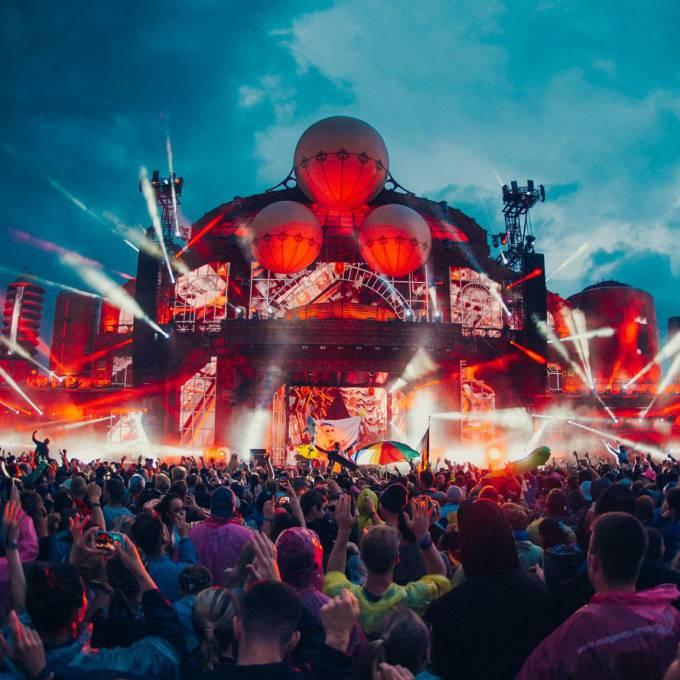 Groot opblaasbaar promotiemateriaal | X-Treme Creations Podium op het Parookaville festival 's avonds met lichten en lasers Events  & Festivals  &  Next Events GmbH Phixion Creation X-Treme Creations