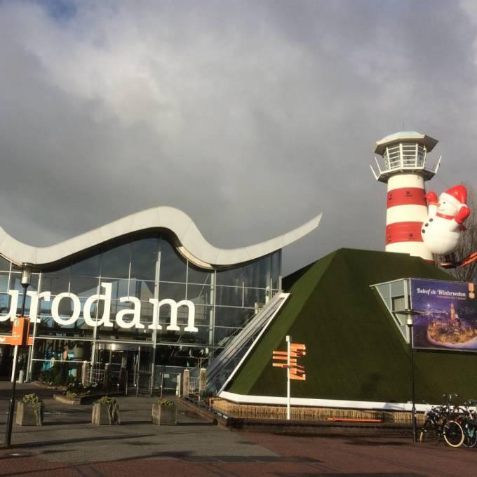 Groot opblaasbaar promotiemateriaal | X-Treme Creations Opblaasbare 6 meter hoge sneeuwman aan de iconische vuurtoren van Den Haag Events  & Festivals  & Kunst en design  &  X-Treme Creations