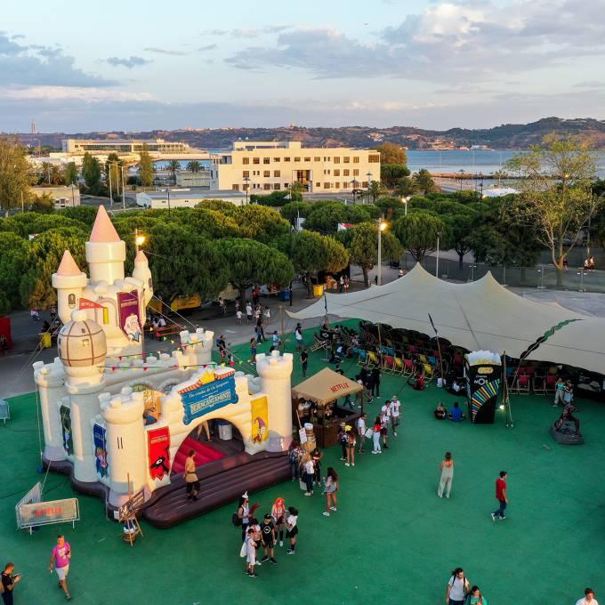 Groot opblaasbaar promotiemateriaal | X-Treme Creations Groot opblaasbaar springkasteel dat lijkt op een echt kasteel met torens Events  & POS/POP  & Festivals  & Merkactivatie  &  Netflix MNSTR X-Treme Creations