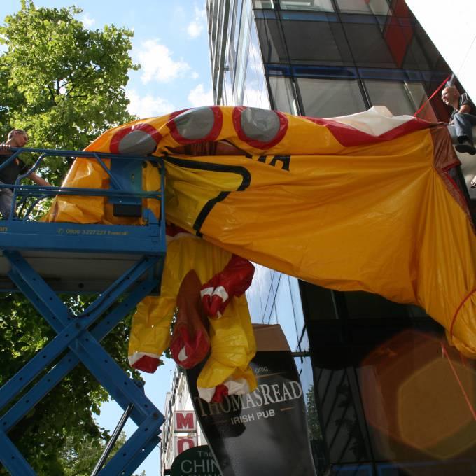 Groot opblaasbaar promotiemateriaal | X-Treme Creations Installatie van opblaasbare duikboot Kunst en design Beatlemania Museum Hamburg Bureau NHP partnership & customer FKP Scorpio X-Treme Creations