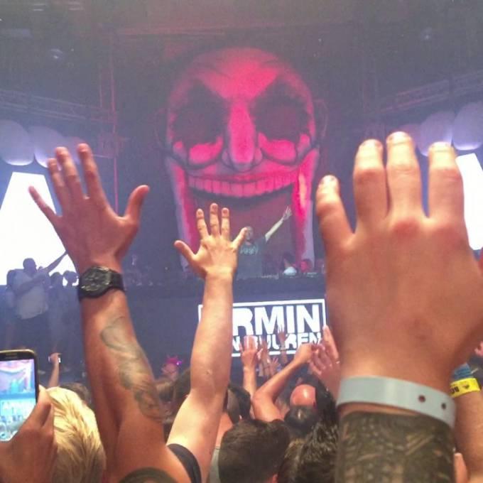 Gonflables géants comme matériel de promotion | X-Treme Creations Vue de face du DJ set Armin Van Buuren dans le public tandis que les fans lèvent les bras en l'air avec le bouffon gonflable en arrière-plan.  Events  & Festivals  &  Nick Royaards in opdracht van Dimitri Vegas & Like Mike X-Treme Creations