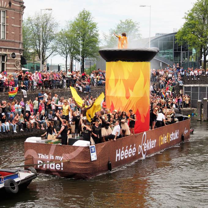Large inflatable promotional material | X-Treme Creations Boat sailing on the canal during the Amsterdam Gay Pride with on top of it a gigantic inflatable frying pan of 4m diameter that moves up and down with exotic dancers Events  & POS/POP  & Festivals  & Brand activation  &  Loetje Steakhouse X-Treme Creations