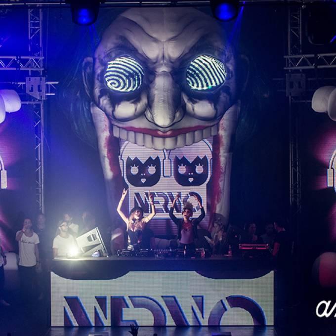 Gonflables géants comme matériel de promotion | X-Treme Creations 2 DJ's féminins les mains en l'air sur scène avec un bouffon gonflable sur le fond avec l'inscription