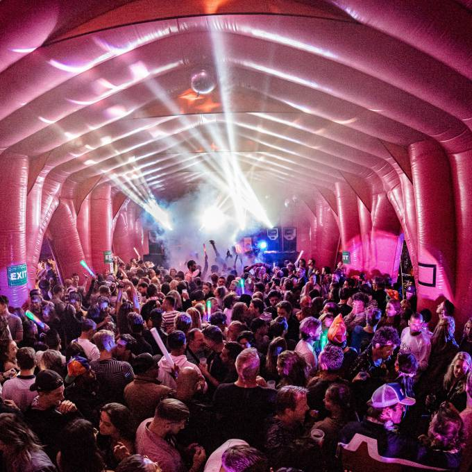 Gonflables géants comme matériel de promotion | X-Treme Creations Fête d'Elrow Amsterdam dans la cathédrale Events  & Festivals  & La renommée de la marque  &  Elrow Beanstalk for Absolut X-Treme Creations