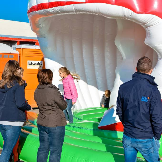 Large inflatable promotional material | X-Treme Creations Bouncy castle of an apple with playing children Events  & Fairs  & Corporate branding  & Brand activation  &  Fruitsnacks X-Treme Creations