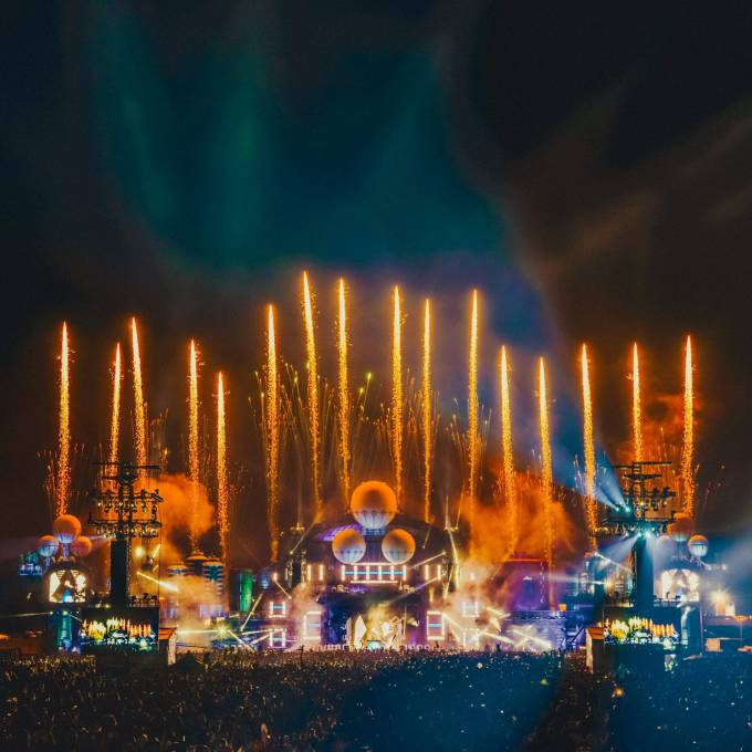 Groot opblaasbaar promotiemateriaal | X-Treme Creations Podium op het Parookaville festival in het donker met vuurwerk Events  & Festivals  &  Next Events GmbH Phixion Creation X-Treme Creations