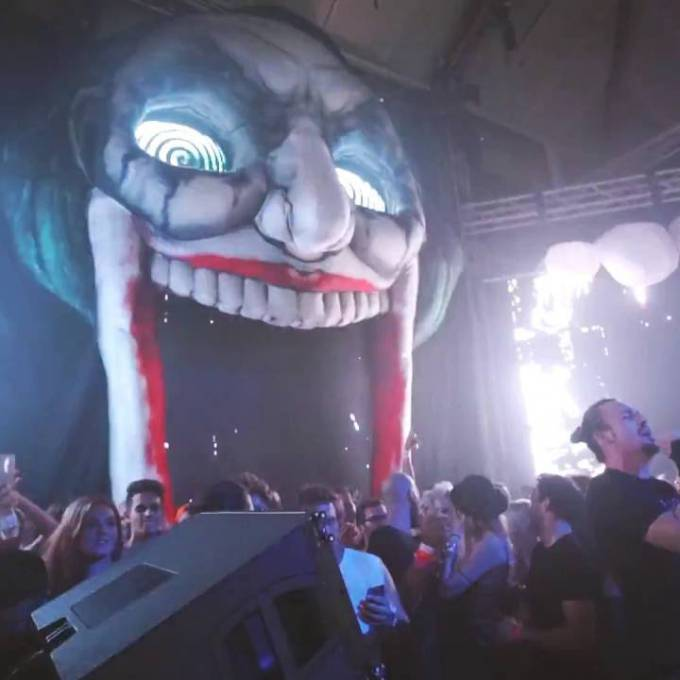 Large inflatable promotional material | X-Treme Creations Side view of inflatable Jester on stage during DJ set Dimitri Vegas & Like Mike while Dimitri Vegas screams in micro with 20 people in the background.  Events  & Festivals  &  Nick Royaards in opdracht van Dimitri Vegas & Like Mike X-Treme Creations
